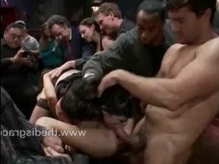 Порно: групповуха молоденьких девушек в баре на глазах у толпы народа