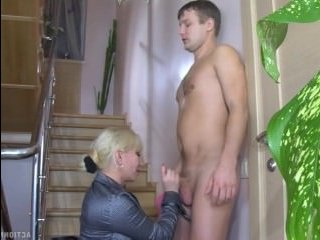 Порно: зрелая соблазнила молодого парня на лестнице