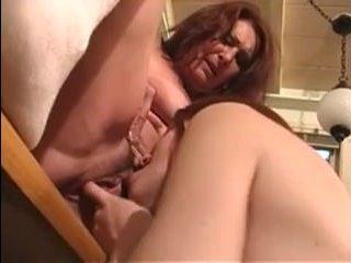 Лесбийский секс с сисястой мамашей и дочкой на кухне