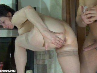 Анальное порно со зрелой брюнеткой в прозрачных чулках