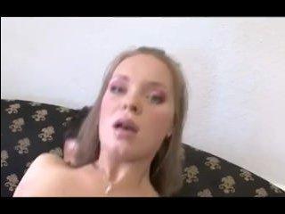Молодая и худая девушка трахается, громко крича от удовольствия