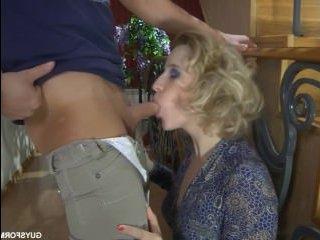 Ебутся зрелая и молодой: секс и минет с блондой на лестнице