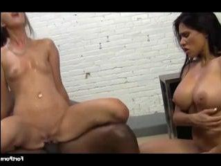 Две красивые голые девушки трахаются с негром