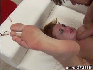 Рыжая молодая девушка сильно хочет секса, поэтому пришла в гости чтобы вдоволь натрахаться и получить заряд бодрости на весь день
