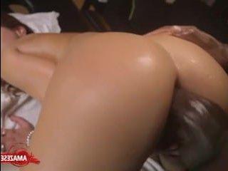 Порно: массаж блондинки завершился еблей в жопу