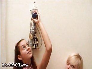 Молодые лесбиянки трогают маленькие сиськи, чтобы получить удовольствие