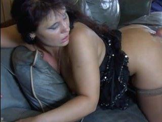 Порно: зрелая мастурбирует на диване, а потом кайфует от куни и секса с парнем