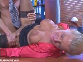 Мужик трахается на работе с начальницей: русское порно