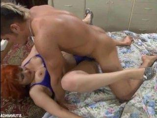 Рыжая тетя отсосала сонному племяннику и развела его на секс