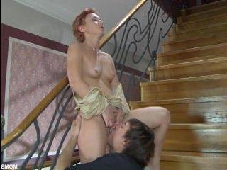 Порно: мама сосет у сына, а потом отдается ему в анал