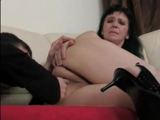 Зрелая дала полизать своему молодому любовнику на диване