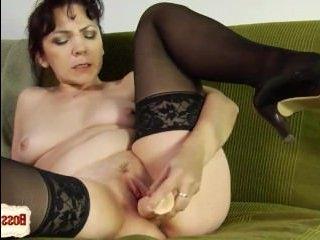 Голая женщина мастурбирует пизду тремя фаллоимитаторами