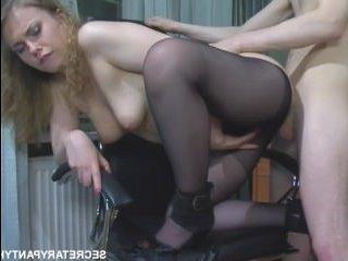 Молодой парень трахается с девушкой на работе