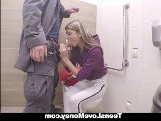 Порно видео: девушка в туалете дала оттрахать свои дырки за деньги