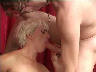 Порно-видео: зрелая сосет член молодого хулигана