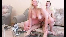 Ебля толстой блондинки в киску с молодым парнем