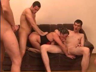 Четыре парня выебали зрелую толпой в жопу, пизду и рот