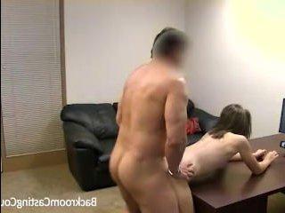 Порно кастинг на диване с молодой брюнеткой с небольшими сиськами