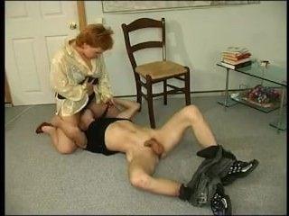 Порно зрелых училок: телка посидела на лице и трахнулась с учеником