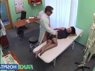 Похотливый врач трахает пациентку и кончает на ее бритую письку