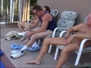 Зрелую ебут трое мужиков и кончают в мокрую пизду