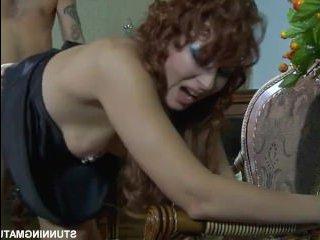 Зрелая женщина соблазнила молодого мастера :порно эротика
