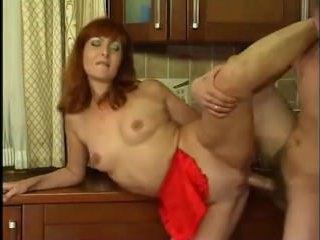 Голая мама на кухне возбудила сына и дала себя трахнуть
