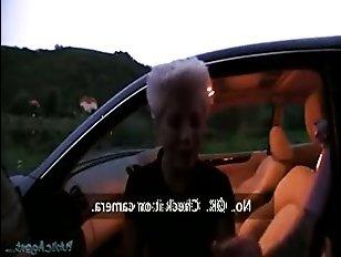 Парень трахает девушку за деньги прямо в машине блонду