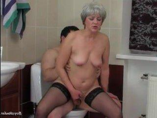 Русский секс в туалете: зрелая баба трахает мужика
