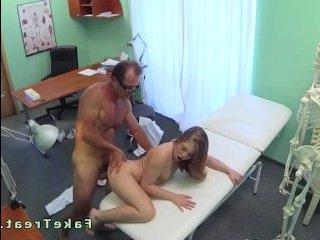 Частное порно: молоденькую ебет на приеме зрелый врач