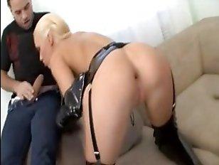 Порно: парень прет молодую блондинку в задницу по очереди с другом