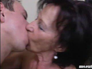 Русская бабушка соблазнила внука и заставила его трахать ее