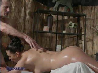Мужчина и сисястая дама отлично трахаются на массаже в пизду