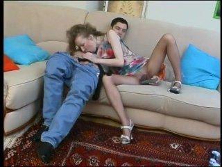Русское порно: пьяная жена трахается с мужем на диване