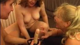 Две голые старые милфы развлекаются с молодым любовником