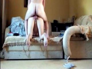 Порно: зрелая женщина и парень трахаются дома, снимая секс на видео