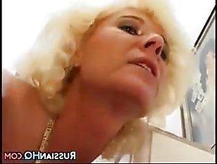 Русское порно: зрелую в жопу трахает молодой поклонник