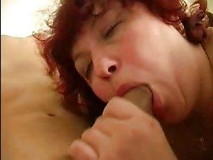 Порно: мама помогает сыну лишиться девственности