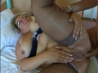 Молодой парень ебет толстую бабушку в жопу у себя в номере