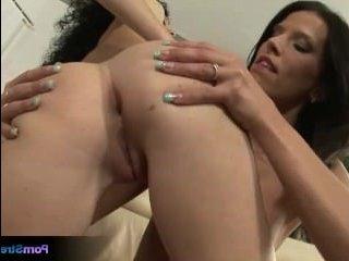 Порно: лесбиянки брюнетки ублажают друг друга