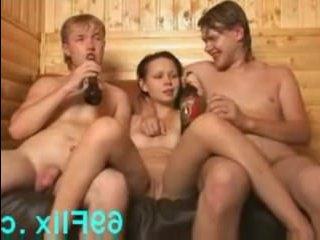 Все о том, как молодая девушка трахается с двумя парнями в бане