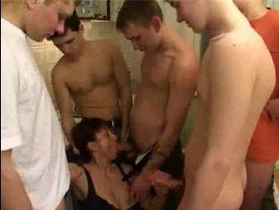 Порно: маму толпой поимели прямо на кухне, сынок с друзьями оторвались по полной