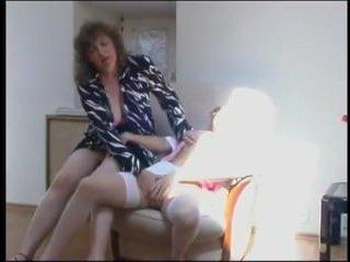 Красивое порно лесби. Принуждение хозяйки дома к сексу
