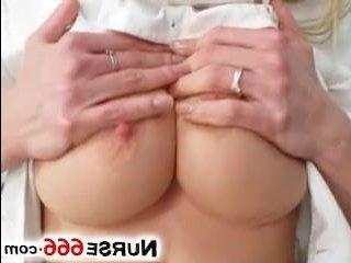В кабинете у гинеколога себя развлекает развратная девушка медсестра:порно