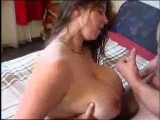 Кончил на большие сиськи красивой брюнетки: порно