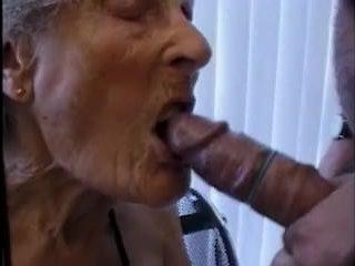 Порно: очень старые бабушки соглашаются на камеру отсасывать дедушкам и трахаться с ними