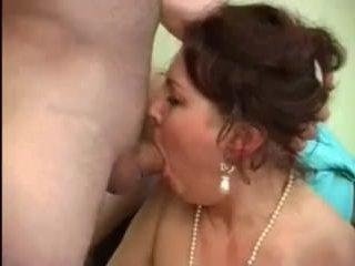Толстая и пьяная мама трахается с сыном под вино