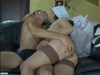 Зрелая женщина ртом делает секс массаж в ванной