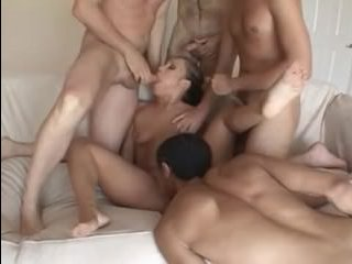 Порно: пришлось отсосать у четырёх парней молодой девушке