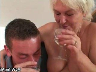 Порно: мама заставила сына трахнуть ее в пизду